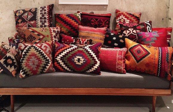 Interieur-Trend: Farbenfroher Kelim-Teppich als Wellness-Oase