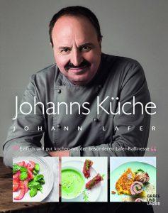 """Das Buchcover """"Johanns Küche. Einfach gut kochen mit der besonderen Lafer-Raffinesse"""" von Johann Lafer. Ein Kuchbuch mit tollen Rezepten für den Herbst."""