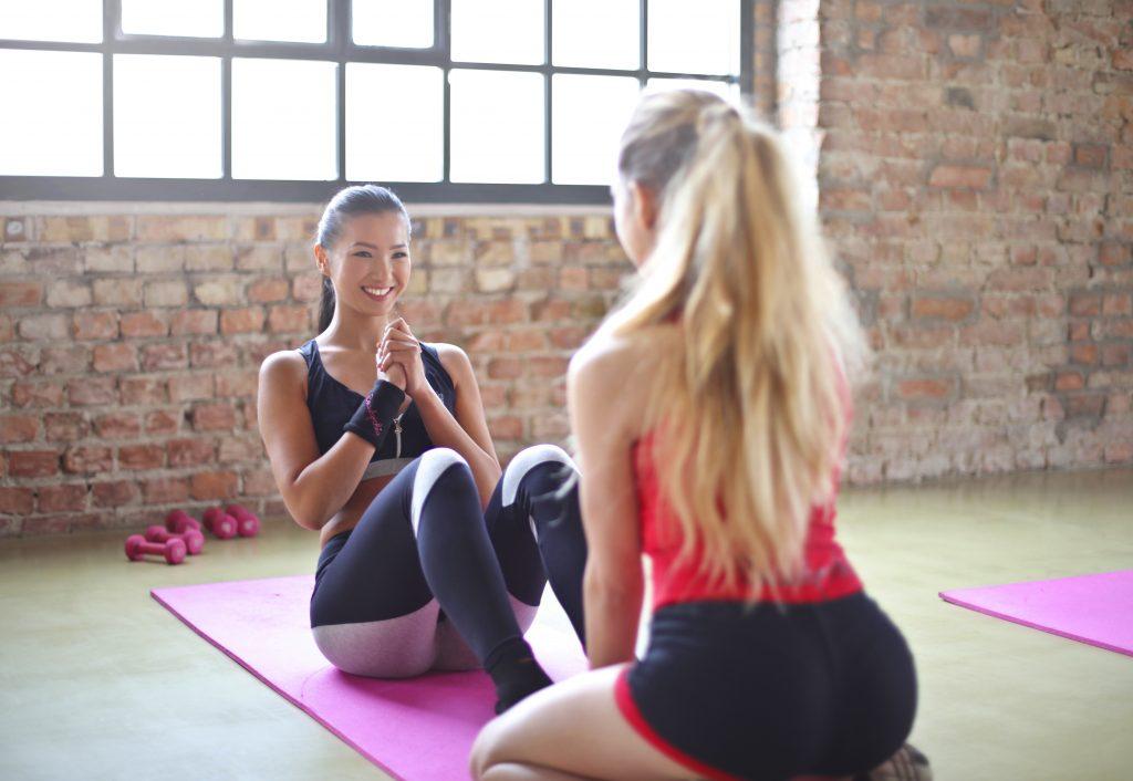Sit-ups im Pilates-Stil